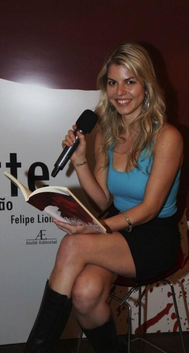 A atriz Giovanna Assumpção, declamando um poema