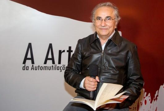 O editor Plinio Martins declama um dos poemas do Livro