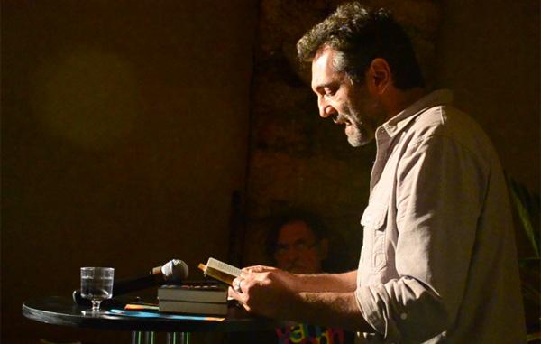 Domingos Montagner (com José de Abreu ao fundo) lê trechos de Coisas do Diabo Contra