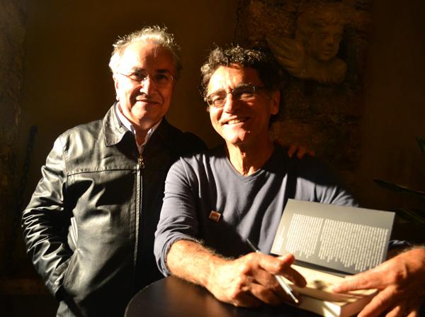 O editor Plinio Martins e Eromar Bomfim durante a sessão de autógrafos