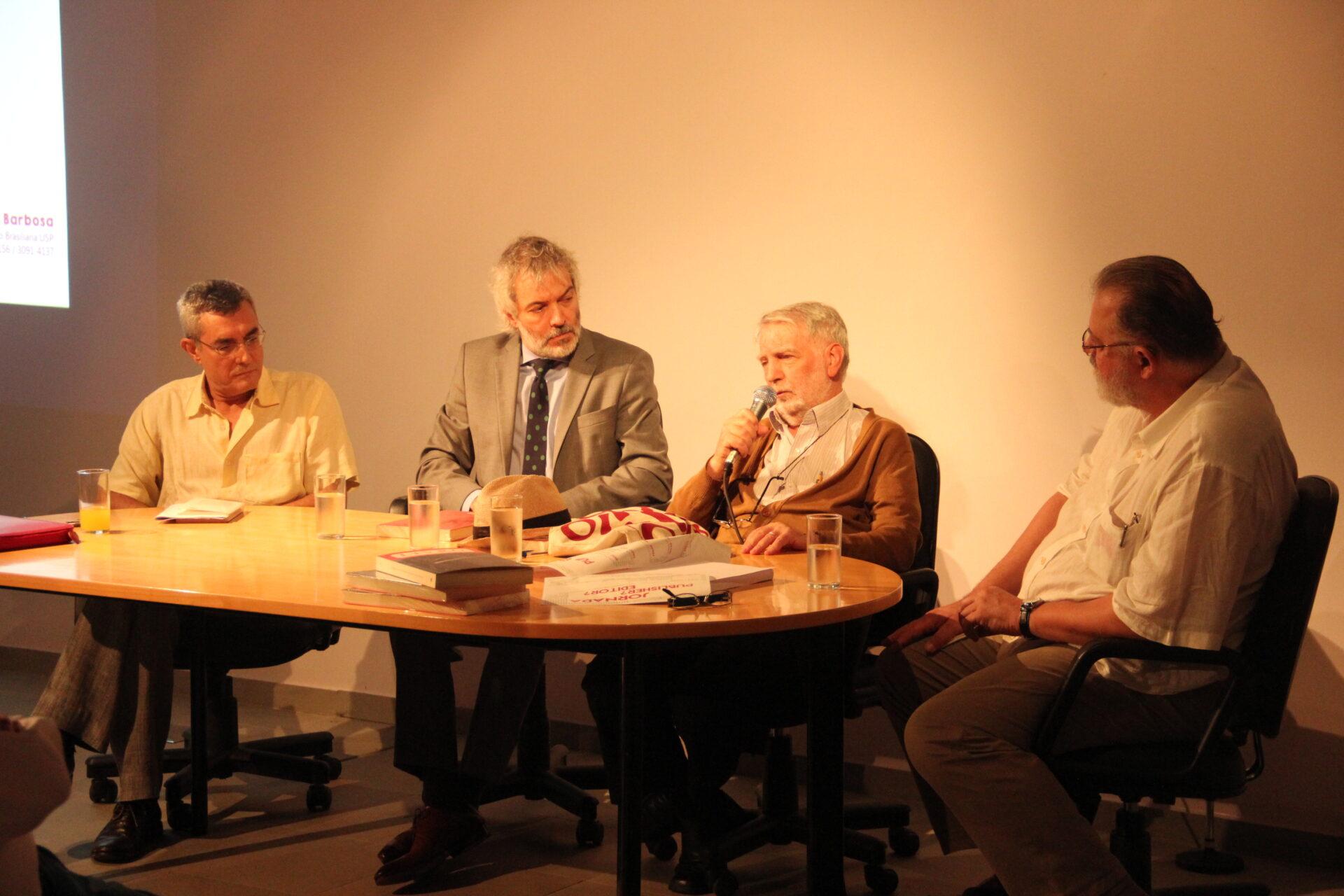 Jornada Publisher? Editor? (03/03): mesa com (a partir da esq.): Fernando Paixão, Alexandre Martins Fontes, Claudio Giordano e José De Paula Ramos Jr. (mediador).