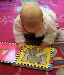 bebe lendo