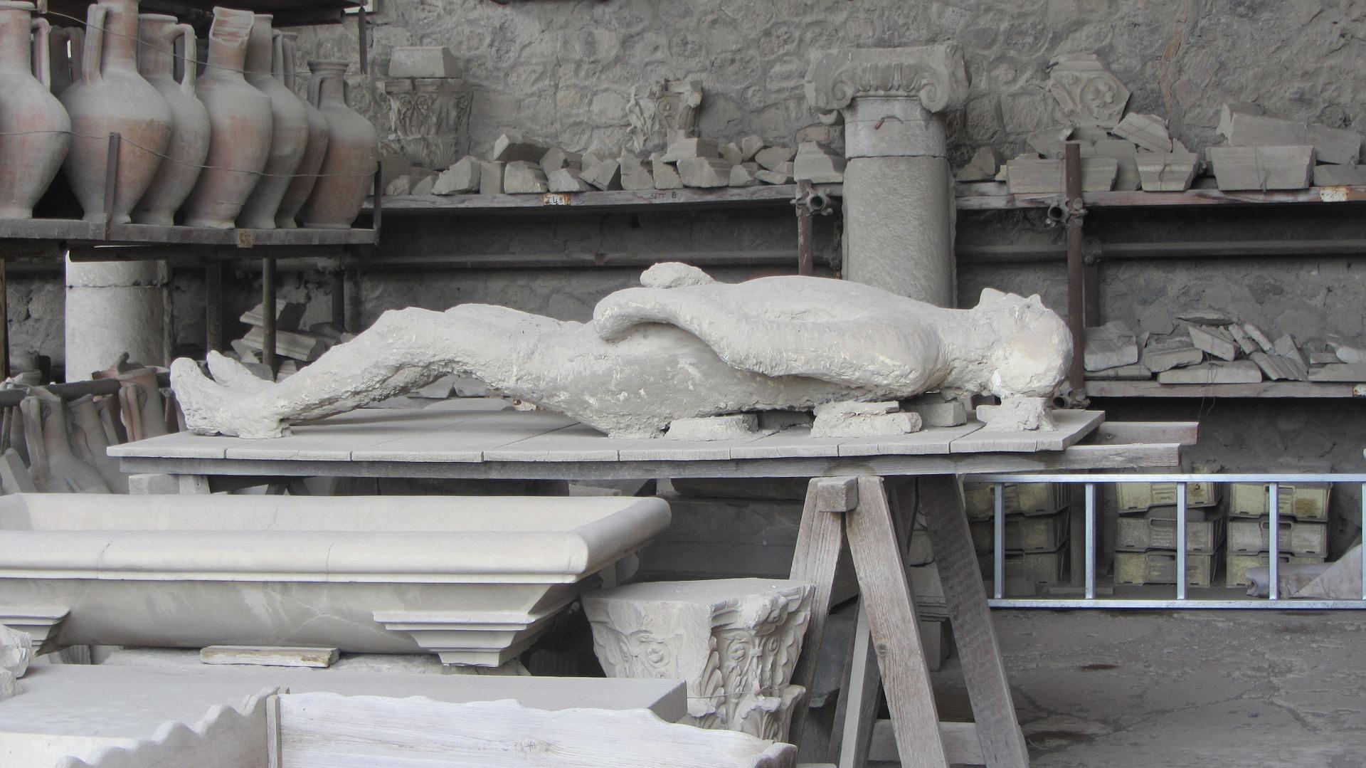 Restauração de peça em museu
